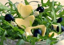 Rucola Salat mit schwarzen Oliven Stockbilder