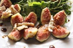 Rucola Salat mit Walnüssen und frischen Feigen lizenzfreies stockfoto