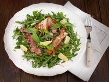 Rucola sallad med grillad bacon och parmesan Arkivfoto