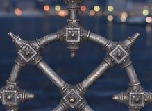 Rudder w formie serca z iluminującym jeziorem w tle obraz stock