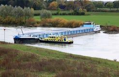 Rudderless fraktbåtflod av IJssel, Holland Arkivbilder
