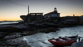 Ruderboot-Lagen nahe dem Leuchtturm lizenzfreie stockfotos