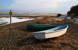 2 Ruderboote auf gefrorenem Ufer Stockfoto