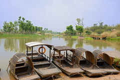 Ruderboote entlang festgemacht lakeshore im sonnigen Frühling Stockbilder