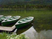 Ruderboote festgemacht auf dem See Stockfotos