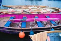 Ruderboote im Hafen Stockbild