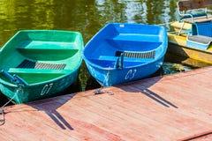 Ruderboote und -Tretboot Stockfotos
