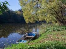 Ruderboote verankert auf dem Ufer stockbild