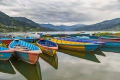 Ruderbootsymbol von Phewa-Seeufer in Pokhara Lizenzfreies Stockfoto