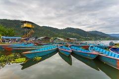 Ruderbootsymbol von Phewa-Seeufer in Pokhara Lizenzfreie Stockbilder