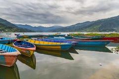 Ruderbootsymbol von Phewa-Seeufer in Pokhara Stockbilder