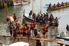 Ruderbootteams auf Sand am Hafeneingang bei Clovelly, Devon Lizenzfreie Stockfotografie