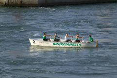 Ruderer in den grünen Hemden, die in Genoa Harbor, Genua, Italien, Europa rudern lizenzfreie stockfotos
