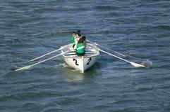 Ruderer in den grünen Hemden, die in Genoa Harbor, Genua, Italien, Europa rudern lizenzfreies stockfoto