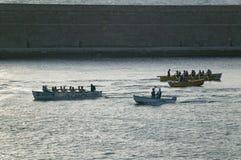 Ruderer in den grünen Hemden, die in Genoa Harbor, Genua, Italien, Europa rudern stockfotografie