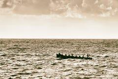 Ruderer, die auf Meer mit Weinlesefiltereffekt rudern stockfoto