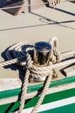 Rudergabel und Seil auf einem Segelboot lizenzfreies stockfoto