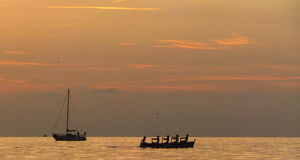 Rudern bei Sonnenuntergang Lizenzfreie Stockfotos