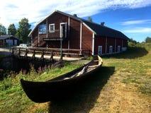Rudern des alten Bootes in Schweden stockfotos