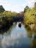 Rudern eines Bootes der Touristen entlang Kanalbereich von Kurashiki, Japan stockbild