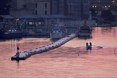 Rudern eines Bootes in Taranto, Puglia, Italien stockbild