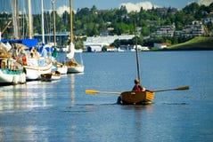Rudern eines klassischen hölzernen Bootes Lizenzfreie Stockbilder