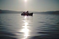 Rudern eines kleinen Bootes Stockfotografie