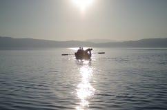 Rudern eines kleinen Bootes Stockfoto