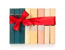 Rudern Sie Bücher mit Farbband wie einem Geschenk I lizenzfreies stockbild