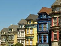 Rudern Sie bunte Häuser in Haight-Ashburybezirk, San Francisco, Kalifornien, USA stockbild