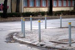 Rudern Sie Metallpfosten entlang der Straße, um die Bewegung des Autos zu steuern Lizenzfreie Stockbilder