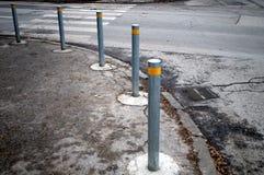 Rudern Sie Metallpfosten entlang der Straße, um die Bewegung des Autos zu steuern Stockfoto