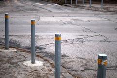 Rudern Sie Metallpfosten entlang der Straße, um die Bewegung des Autos zu steuern Stockfotografie