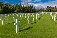 Rudern Sie nach Reihe von den Kreuzen, die das entscheidende Opfer von amerikanischen Soldaten darstellen lizenzfreie stockbilder