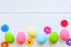 Rudern Sie Ostereier mit bunten Papierblumen auf hellem Rosa und w stockfotos