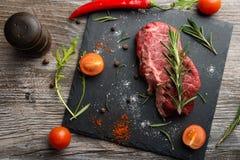Rudern Sie ribeye Rindfleischsteak mit Kräutern und Gewürzen stockfotografie