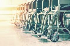 Rudern Sie Rollstühle im Krankenhaus, die Rollstühle, die auf geduldige Dienstleistungen warten warmer Weinlesetonfilter stockfotografie