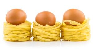 Rudern Sie von den Teigwaren im Formnest und vom Ei mit Reflexion lizenzfreie stockfotografie