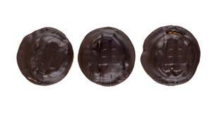 Rudern Sie von drei Schokoladenplätzchen mit angefüllt lokalisiert auf Weiß lizenzfreie stockbilder