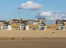 Rudern Sie weiße Strandhäuser an der niederländischen Küste in Katwijk, die Niederlande stockbild