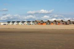 Rudern Sie weiße Strandhäuser an der niederländischen Küste in Katwijk, die Niederlande lizenzfreie stockfotografie