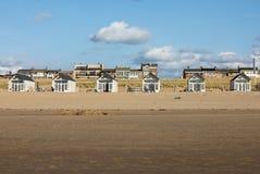 Rudern Sie weiße Strandhäuser an der niederländischen Küste in Katwijk, die Niederlande lizenzfreies stockbild
