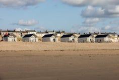 Rudern Sie weiße Strandhäuser an der niederländischen Küste in Katwijk, die Niederlande lizenzfreie stockbilder