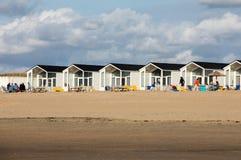 Rudern Sie weiße Strandhäuser an der niederländischen Küste in Katwijk, die Niederlande stockfoto