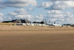 Rudern Sie weiße Strandhäuser an der niederländischen Küste in Katwijk, die Niederlande lizenzfreie stockfotos