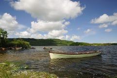 Rudersport-Boote auf Lough Inchiquin Stockfotografie