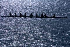 Rudersportshell mit acht Männern stockfotografie