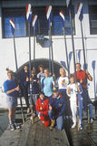 Rudersportteamhaltung mit Rudern am See Merritt, Oakland, Kalifornien stockbilder