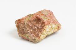 Rudny Unakite na białym tle, Najpierw odkrywającym w Stany Zjednoczone w Unakas górach Pólnocna Karolina od których dostaje ono Fotografia Royalty Free