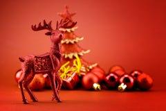 Rudolf cerca del árbol de navidad Foto de archivo libre de regalías
